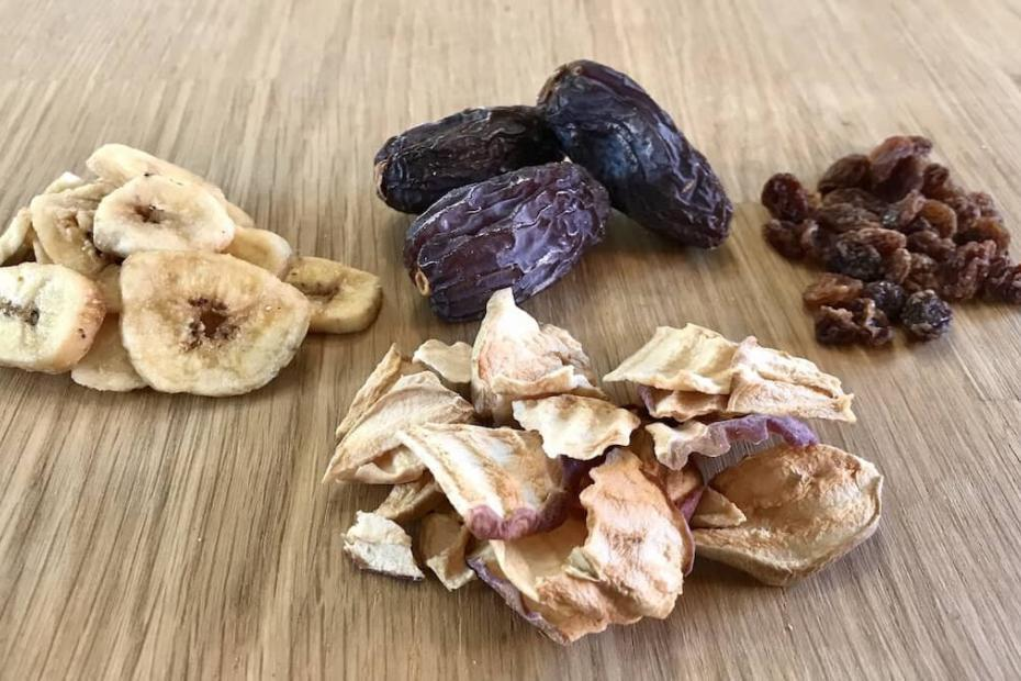 Datteri, fettine di banana e di mela, uvetta, semplici e salutari esempi di frutta secca by thewealthyspoon