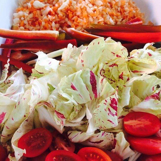 insalata di verdure molto colorate tagliate a pezzetti