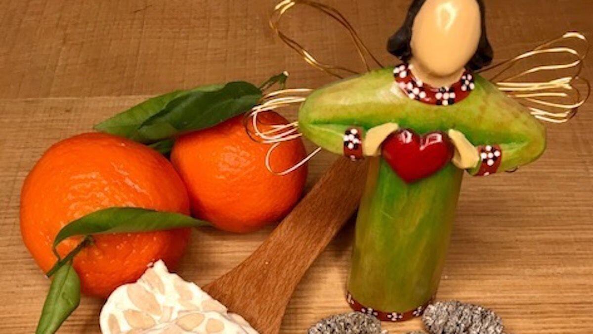 Angelo natalizio, una porzione di mandorlato su cucchiaio di legno e mandaranci, composizione della Nutrizionista Dott.ssa Paola Proietti Cesaretti by thewealthyspoon