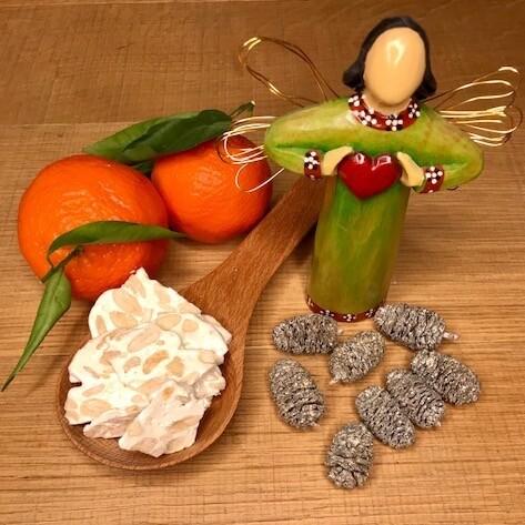 Un angelo natalizio che accompagna una porzione di mandorlato su cucchiaio di legno assieme a dei mandaranci by thewealthyspoon