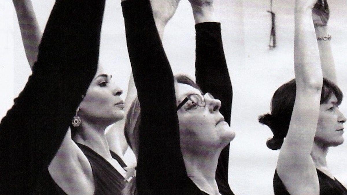 Donne alla lezione di ginnastica artistica: in tutino nero a braccia alzate, di una certa età, la menopausa è una patologia che la Nutrizionista Dott.ssa Paola Proietti Cesaretti può aiutare a mitigare by thewealthyspoon
