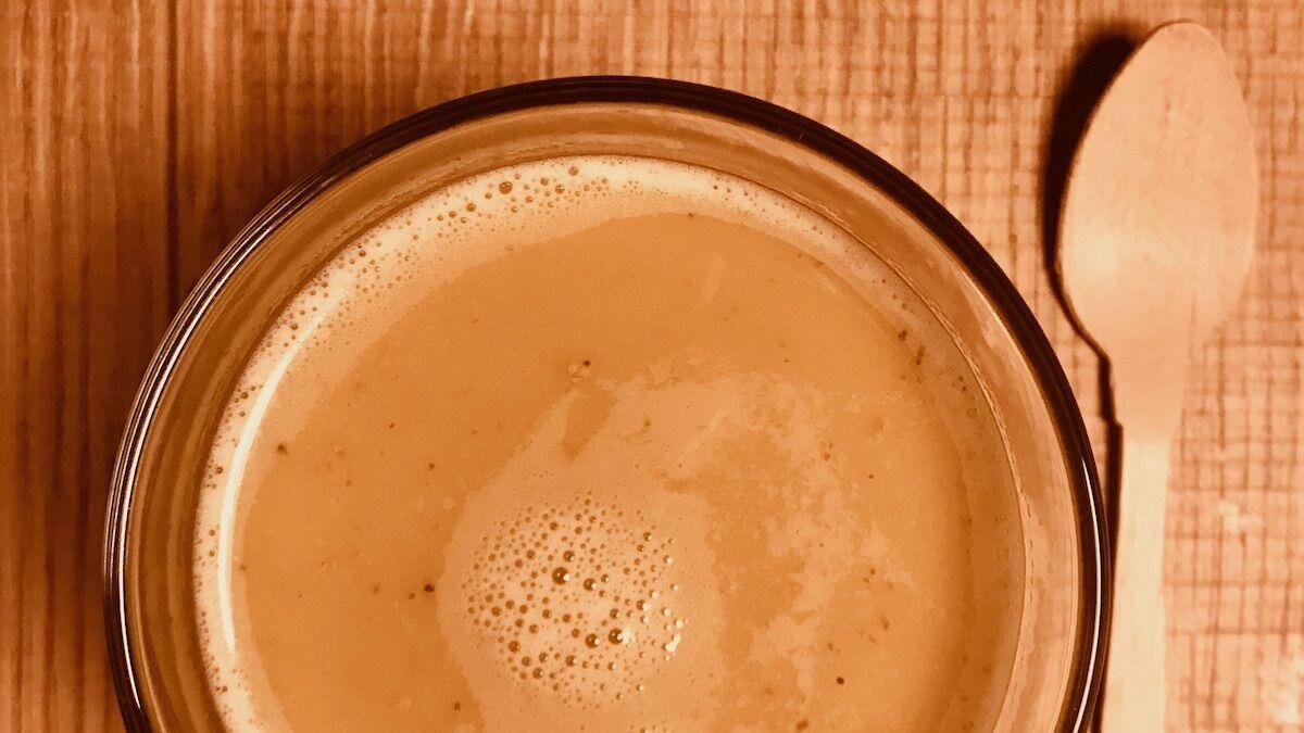 Tazza in vetro di Golden Milk e cucchiaio di legno by thewealthyspoon, bevanda proposta dalla Nutrizionista Dott.ssa Paola Proietti Cesaretti