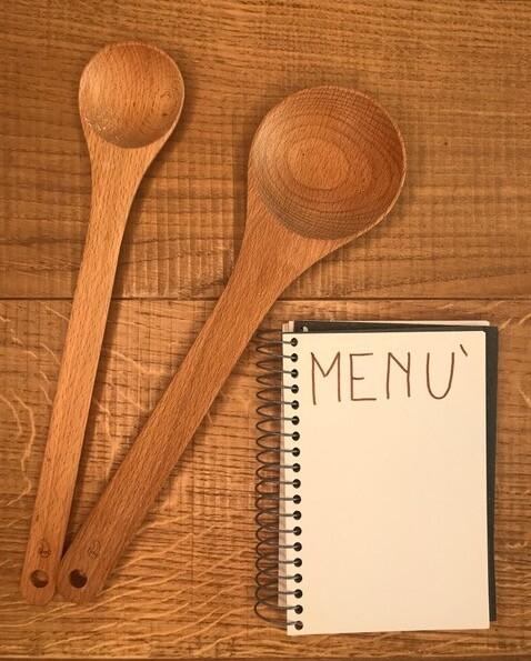 Due cucchiai in legno che rappresentano thewealthyspoon ed un menù