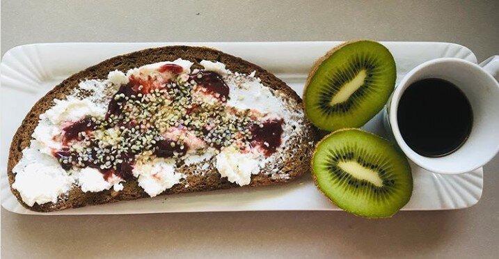 Fetta di pane di segale con ricotta, composta e semi di chia accompagnata da kiwi ed una tazzina di caffè, composizione della Nutrizionista Dott.ssa Paola Proietti Cesaretti by thewealthyspoon