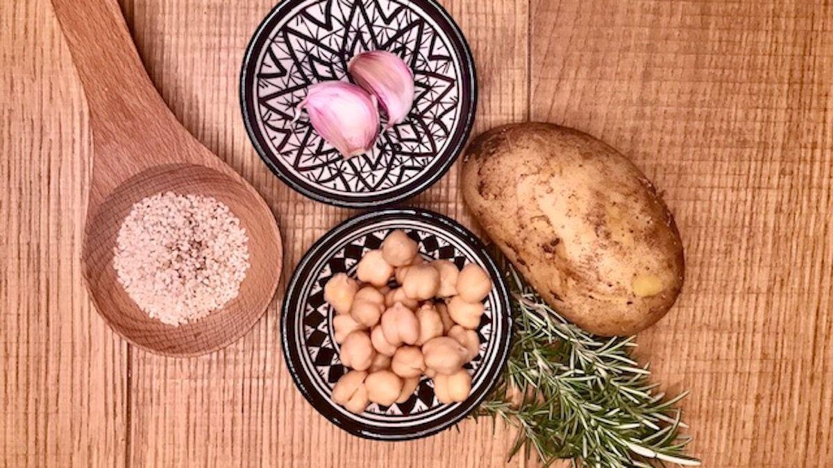 Una patata, ceci, semi di sesamo e rosmarino sono gli ingredienti per fare delle polpette di ceci, composizione della Nutrizionista Dott.ssa Paola Proietti Cesaretti by thewealthyspoon