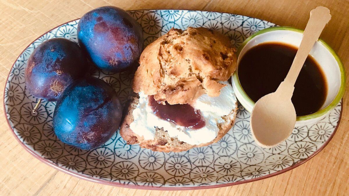 Piatto con scone integrale farcito accompagnato da prugne ed una tazzina di caffè by thewealthyspoon preparato dalla Nutrizionista Dott.ssa Paola Proietti Cesaretti