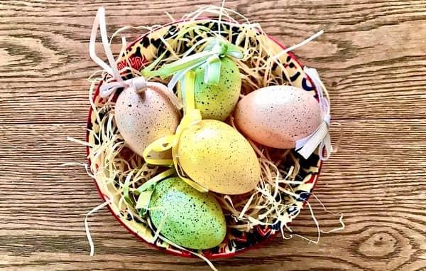Uova colorate nel tradizionale cesto pasquale by thewealthyspoon